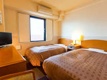 ツインルームの一例です。ベッドは、セミダブルとシングルを使用。
