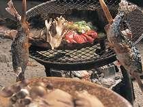 季節の食材をいろりで炙る