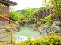 新大浴場には庭には四季折々の花が咲く
