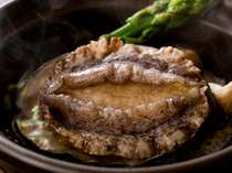 目の前で焼きながら頂くあわびステーキは柔らかくバターの風味が効いて美味!