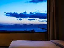 西側のお部屋からは、天気が良いと大阪湾の向こうに淡路島、明石海峡大橋がご覧いただけます。