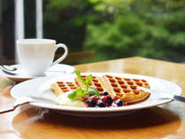 1F「ザ・カフェ」のご朝食には、ライブステーションからお贈りする焼き立てのワッフルも。