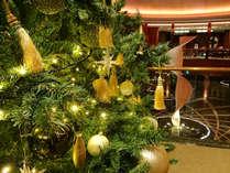 【期間限定】クリスマスが近づくとロビーに天井まで届きそうなツリーが登場します。