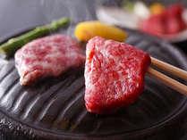 【牛石焼ステーキ】 霜降りの牛肉をアツアツに熱した石の上でジュワっとお好みの焼き加減で。