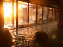 ■ 【くにうみの湯】自然岩や木をふんだんに使った居心地のよいお風呂