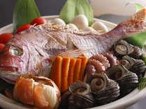■ 【淡路島の宝楽焼】 土鍋で魚介類を豪快に蒸し焼きに。素材の旨みをダイレクトに愉しめる