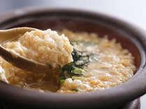 ■ 【ふぐ雑炊】ふぐの旨みや旬の野菜の滋味がたっぷりと染み出たスープ、淡路米、淡路地鶏の卵をあわせて