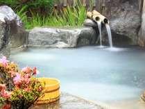 広がる大自然の中、露天風呂をお楽しみください。男女別になっております。