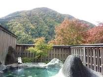 紅葉を眺めながらの露天風呂は格別です