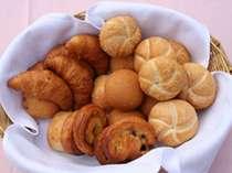 ご朝食の焼き立てパン(イメージ)