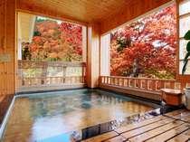 紅葉の山々を望む『御婦人浴場の露天風呂』