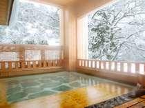 真白な湯沢の山々を望む『御婦人浴場の露天風呂』