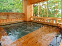 *婦人大浴場「桂姫の湯」露天風呂。遠く三国山脈を眺めながら、天然湧出の源泉の湯をお楽しみ下さい。