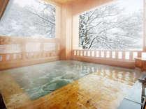 *婦人大浴場「桂姫の湯」露天風呂(冬)。季節毎に移ろう景色は格別!冬は雪見露天を楽しんで。