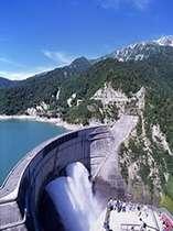 大自然の中に、なだらかなアーチを描く黒部ダム。立山連峰をバックにした日本一のアーチ式ダム!