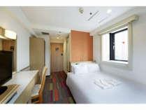 13平米ダブルルームは1名様でも2名様でも、ゆとりあるベッドで快適なホテルステイをお楽しみ頂けます。