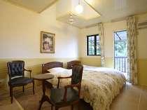 【客室】おとぎ話に出てきそうなお洒落な部屋は全て異なる造り/ツイン一例