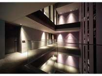 【館内吹き抜け】館内は吹抜けでライトアップされた階段と壁のリボンが未来的な空間/キーワードは眠り