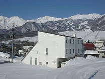 ゲレンデへ歩6分(送迎可) 裏はノルディック・スノーシューコース。スキージャンプ台(シャンツェ)も有ます