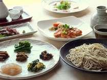 夕食の〆は手打十割蕎麦。その他、野菜、魚料理、肉料理が付いた和洋の創作料理。信州の味覚が豊富です
