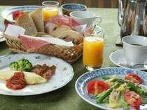 朝食はお好きな時間にご用意します。身体に優しい素材でゆっくりと朝の時間をお過ごし下さい