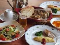 朝食は自家製酵母パン、地鶏の卵料理、手作りジャムとヨーグルト等。パン、コーヒーはおかわり自由です