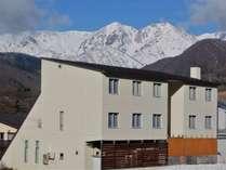 栂池高原スキー場にあり、北アルプスを一望、建物横は「塩の道」。信州観光のベースに便利です