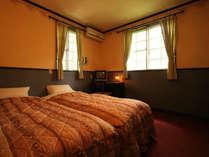 典型的なお部屋の様子です。とても静かです。夜には河のせせらぎが聴こえます。