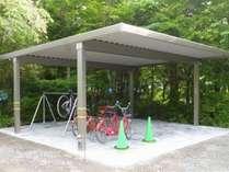 バイクや自転車の駐車場。BBQにも利用できます(事前予約)。