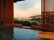 源泉掛け流しの露天風呂【風の湯】からの眺望。※奥に見えるのは伊東の街並と相模湾。