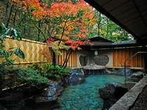 紅葉が美しい晩秋の露天風呂【星の湯】。