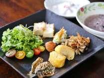 【ご朝食】雑穀おかゆ御膳。和食のワンプレートに、お出汁のきいたお粥はおかわり自由です♪