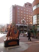 阪急宝塚駅出口から見た当ホテル場所が一目で分かります