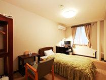 【客室一例・シングル】ビジネスや一人旅でご利用のお客様に人気のお部屋です。全室無線LAN完備