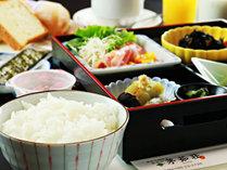 【朝食】シンプルな朝食をご用意。パン・ドリンク・お味噌汁はおかわり自由のハーフバイキングです。