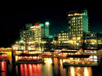 当館前を流れる三隈川を屋形船でクルージング。日田の夜景とお料理を楽しめます