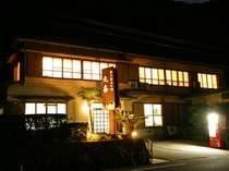 夜の宿の外観