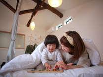 2階/寝室。小さいお子さんも安心の畳とお布団。