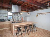 1階/キッチン・ダイニング。1階アイランドキッチンはダイニングテーブルも兼用。
