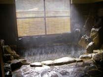 源泉掛け流しの天然温泉。秋神川のせせらぎを聴きながら