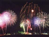 ≪亀岡平和祭保津川花火大会≫保津川の河川で約5,000発の花火が天を彩る大輪の華は圧巻です!