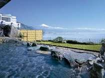 焼津黒潮温泉の露天風呂から富士と駿河湾を望む