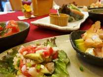 少量ずつ、たくさんのお料理が味わえます。お肉もお魚もお野菜も一番おいしい食べ方で!