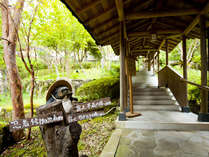 中庭を通る露天回廊。そこを上がれば木々を感じる露天風呂へと通じます☆