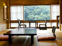 外に広がる赤目渓谷を愉しむ本館客室の一例です