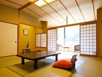 新館☆こもれびの館☆KOMOREBI客室一例☆窓からの山の景観をお楽しみください