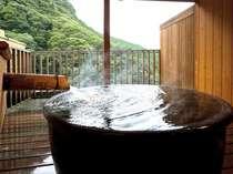 プライベートな空間で山を眺めながら入ることのできる貸切風呂「招月」