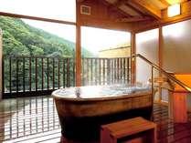 扉を開ければ山と一体になれる貸切風呂「水雲」