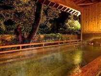 露天風呂「かげろうの湯」。山々に囲まれ、夜に聞こえているのは風と木々のゆれる音だけ…静寂の時間を。