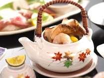 秋しか食べることのできない松茸の土瓶蒸しを。芳醇な香りがやさしく包みます。